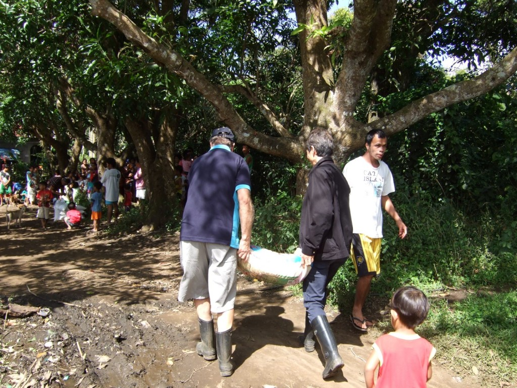 2014 12-27 Casey and Klaus carrying rice (Large)